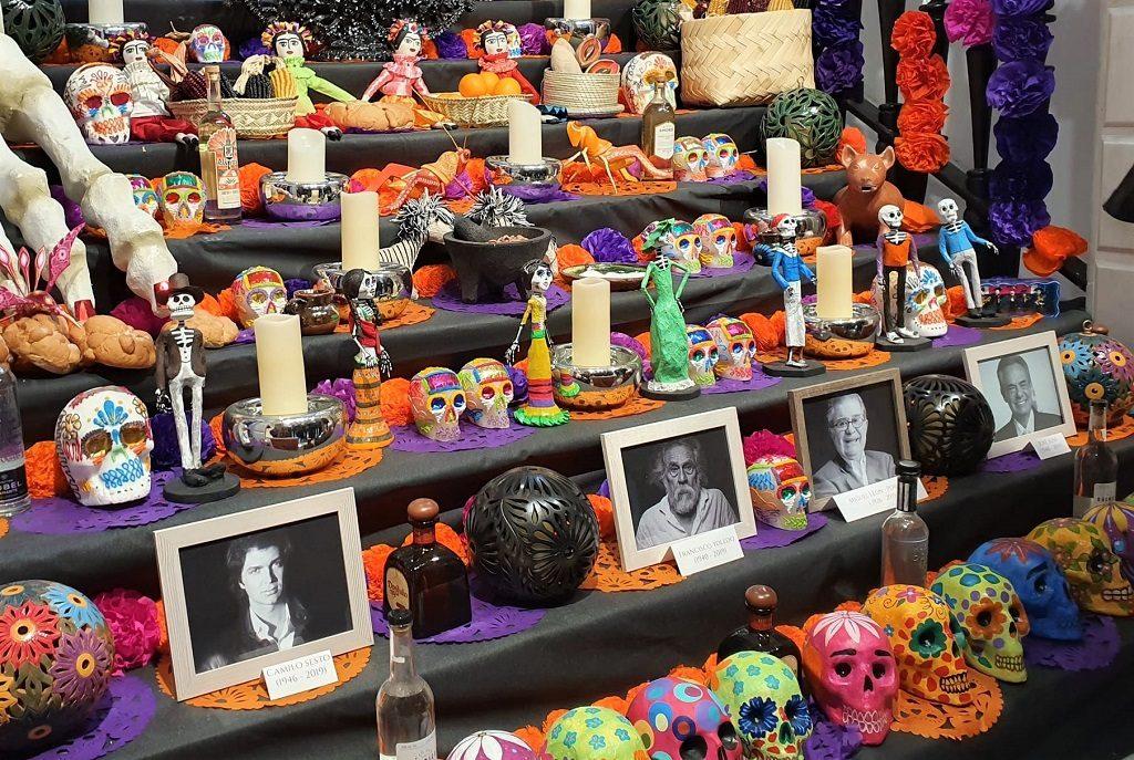 el altar de la Casa de México de este año está dedicado a Camilo Sesto, Francisco Toledo, Miguel León-Portilla y José José - fotografía: Telar de Libros