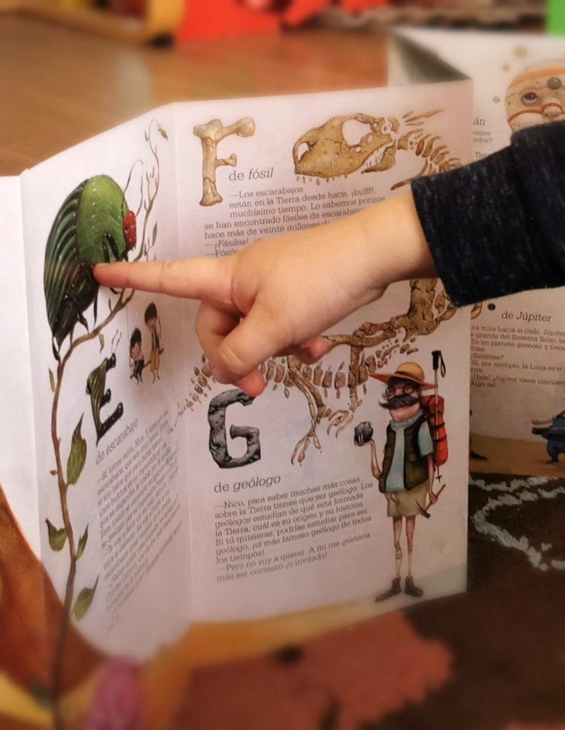 El abecedario de nico y arturo ana lopez_escarabajo_telar de libros