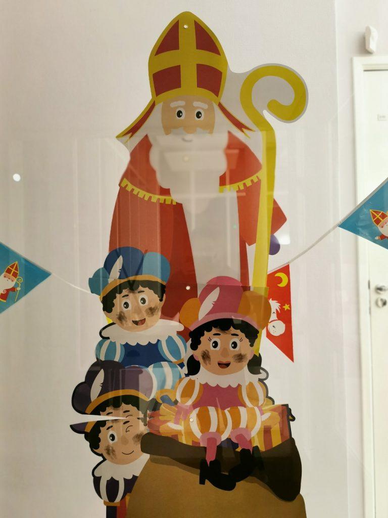 Representación de Sinterklaas y los Pieten en una guardería- fotografía: Telar de Libros