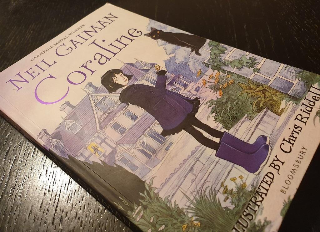 Coraline, de Neil Gaiman - reseñas de libros para niños - ilustración de Chris Riddell para la portada de la edición décimo aniversario
