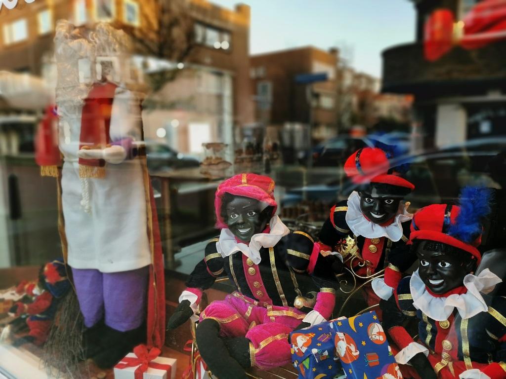 Representación de Sinterklaas y los Pieten en un comercio tradicional - fotografía: Telar de Libros