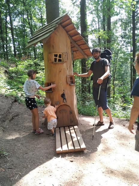 """casita-tronco en la ruta """"Hademar Waldwichtel"""" en Oberharmersbach"""